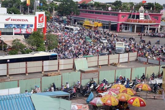 Dòng xe cộ bị chặn đứng trên đường Quang Trung, tương tự các con đường khác cũng bị chặn đứng hoàn toàn khiến hàng nghàn người trễ học , trễ làm trong buổi sáng nay.