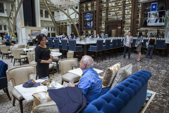 Một trong những vị khách đặt phòng đầu tiên hôm 12-9. Ảnh: EPA