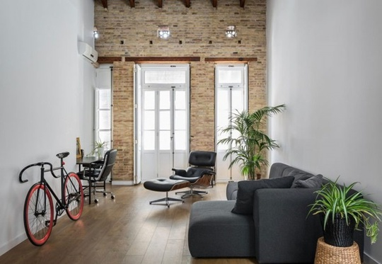 Bức tường bằng gạch trần để tạo thêm điểm nhấn kiến trúc sinh động và nổi bật cho không gian nhỏ