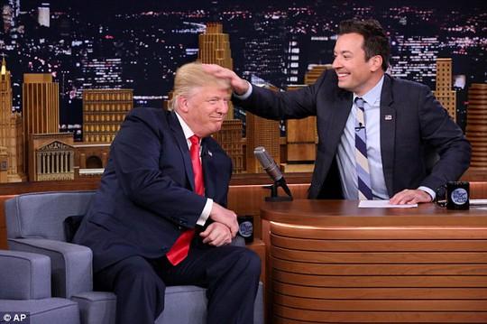 Ông Trump để ông Fallon vò tóc. Ảnh: AP