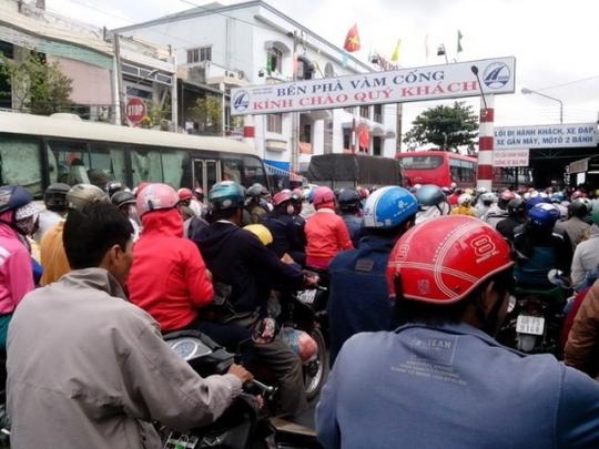 Bến phà Vàm Cống (An Giang) kẹt cứng, khiến giao thông ùn tắc nghiêm trọng.