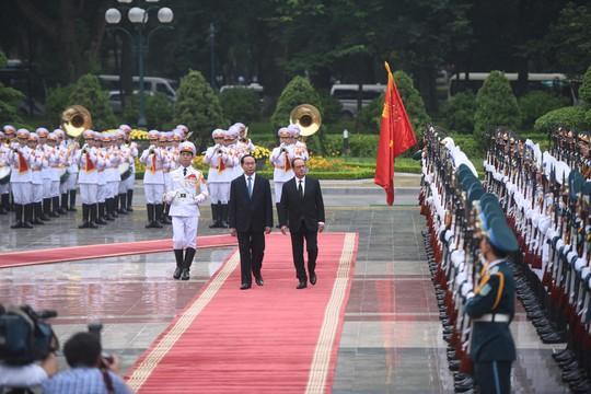 Chủ tịch nước Trần Đại Quang và Tổng thống Pháp Francois Hollande duyệt đội danh dự vào ngày 6-9