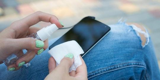 Cần phải lau chùi smartphone thường xuyên để bảo vệ làn da.
