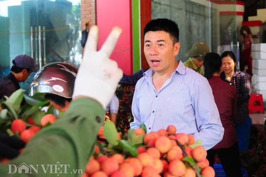 Việc mặc cả, ép giá diễn ra thường xuyên của các thương lái Trung Quốc với người bán vải.