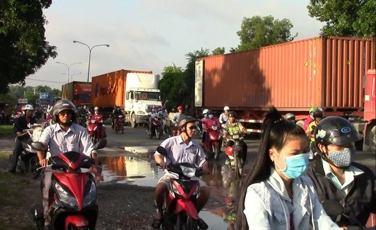 Nhiều người dân bức xúc vì đoạn đường ĐT743 có nhiều ổ voi, vũng nước đọng gây nguy hiểm cho người tham gia giao thông.