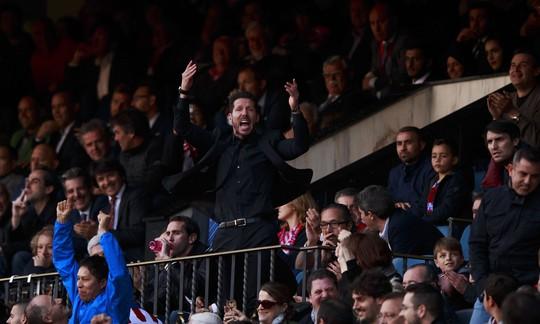 HLV Simeone bị đuổi lên khán đài sau khi nhận thẻ đỏ