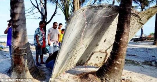 Mảnh vỡ trôi dạt vào bờ biển được người dân phát hiện