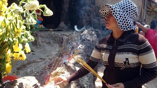 Dưới chân những bức tượng cũng được người dân tận dụng để cắm nhang và để rác.