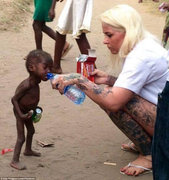 Cô Anja Ringgren Loven cho Hope uống nước. Ảnh: Facebook