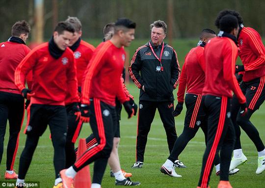 HLV Van Gaal trên sân tập cùng các học trò trước trận đại chiến Liverpool