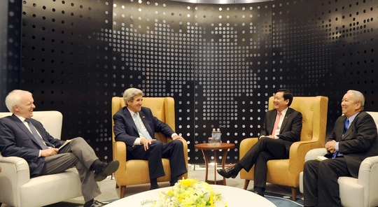 Buổi nói chuyện thân mật giữa Ngoại trưởng Mỹ John Kerry cùng Bí thư Thành ủy Đinh La Thăng tại phòng họp VIP - văn phòng Công ty Bitexco lầu 48