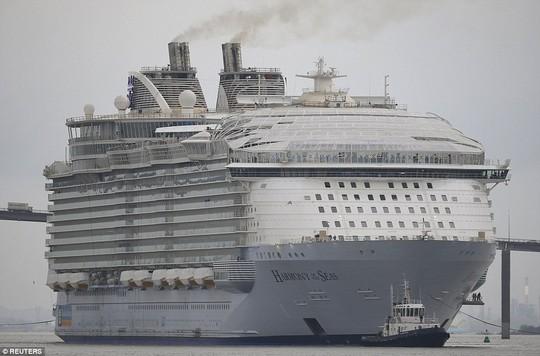 Du thuyền Harmony of the Seas lớn hơn chiều cao của tháp Eiffel. Ảnh: Reuters