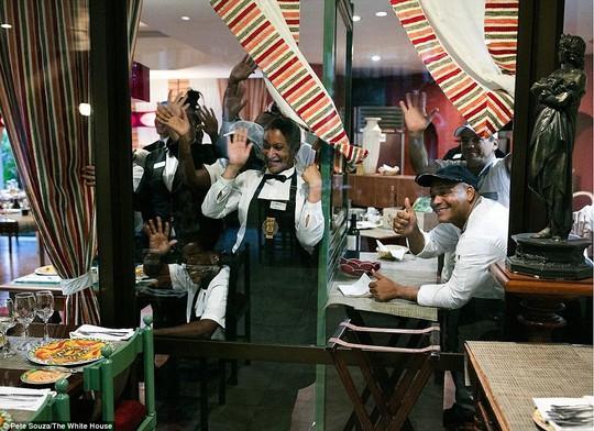 Các nhân viên nhà hàng vẫy tay chào gia đình Tổng thống Obama. Ảnh: White House
