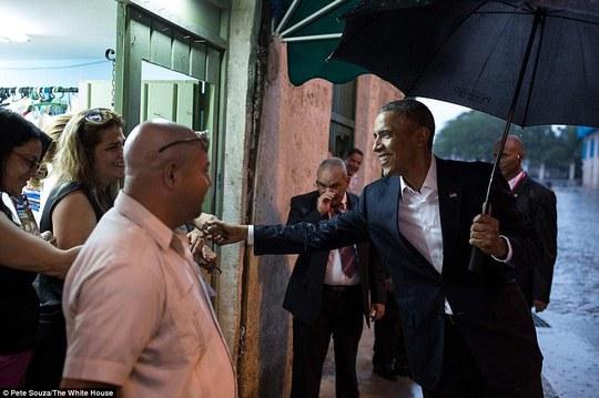 Ông Obama bắt tay với người dân Cuba. Ảnh: White House