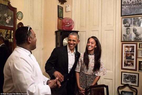 Nhân viên nhà hàng trò chuyện với cha con Tổng thống Obama. Ảnh: White House