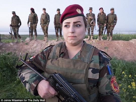 Nữ chiến binh Ahd Mohemed (36 tuổi) luôn trang điểm trước khi ra trận.