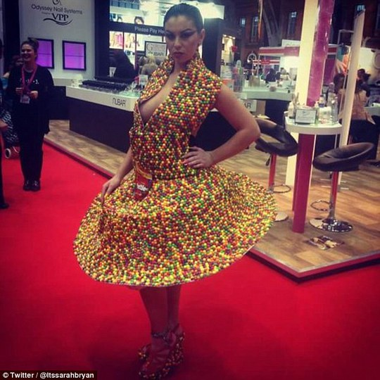 Sarah Louise Bryan trong đầm làm từ Skittles