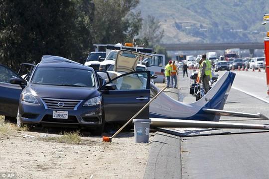Máy bay tông... xe hơi, 6 người thương vong