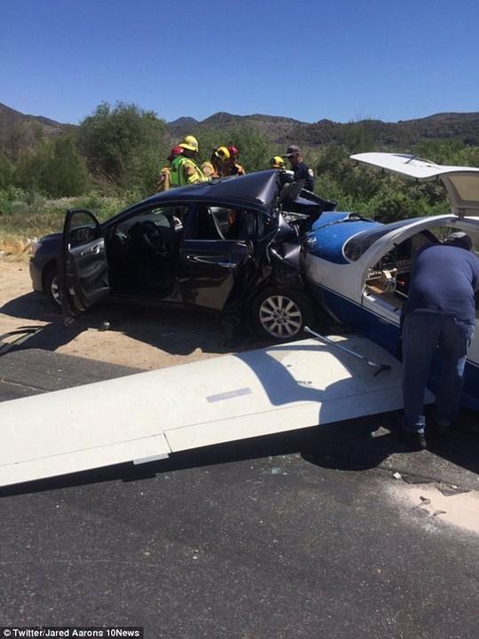 Máy bay nghiền nát phía sau chiếc xe hơi
