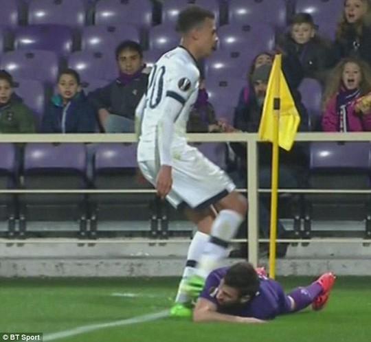 Chân sút trẻ tuổi từng gây phẫn nộ khi đá vào bụng Nenad Tomovic