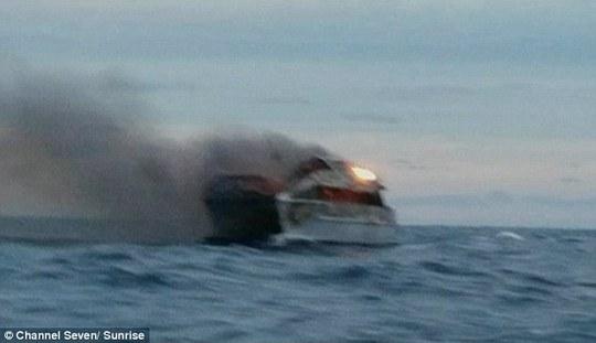 Du thuyền The Spirit of 1770 bốc cháy ngoài khơi. Ảnh: Channel Seven