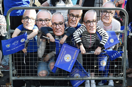 Các CĐV trogn mặt nạ ông Ranieri