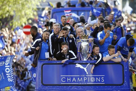 HLV Ranieri và các học trò trên xe buýt bắ đầu chuyến diễu hành bắt đầu từ SVĐ King Power đến một công viên