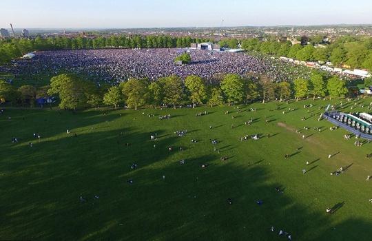 Buổi diễu hành kết thúc ở công viên Victoria, nơi có hơn 100.000 người đã chờ sẵn bên một sân khấu hoành tráng. Ở đây các cầu thủ Leicester tái hiện màn nâng Cup vô địch...