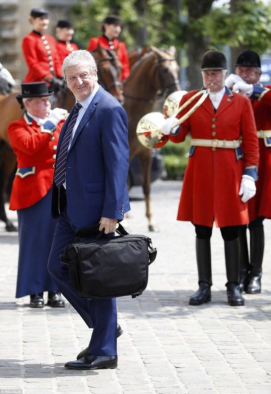 HL Roy Hodgson và các học trò đuoợc chào đón nồng nhiệt tại Pháp