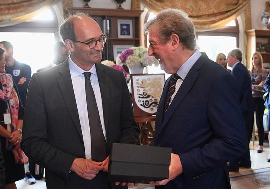 HLV Hodgson nhận quà từ thị trưởng thành phố Chantilly, Eric Woerth.