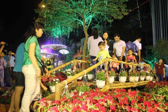 Lượng người đổ về đường hoa xuân TP Cần Thơ mỗi lúc một đông. Ảnh: Công Tuấn- Đông Bình