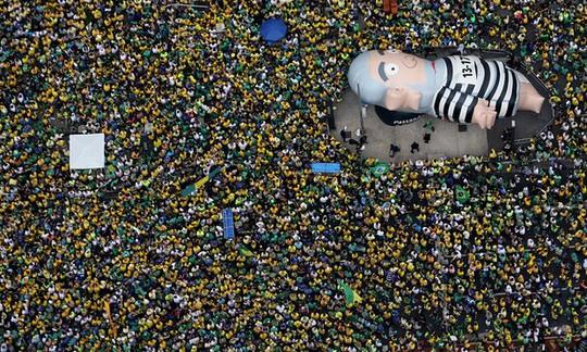 Biển người đòi tổng thống từ chức. Ảnh: Reuters