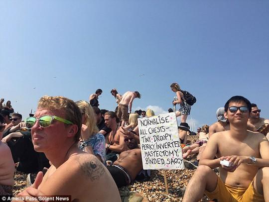 """Hàng trăm người """"thả rông"""" vòng một trên bãi biển Anh"""