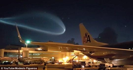 Mỹ: Bí ẩn luồng sáng xanh trên bầu trời
