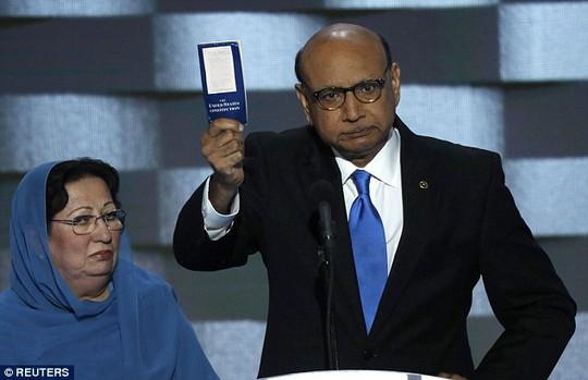 Ông Khizr Khan và bà Ghazala Khan. Ảnh: REUTERS