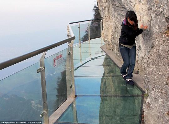 Nhiều du khách tỏ ra khá sợ sệt khi bước đi trên cầu. Ảnh: REX