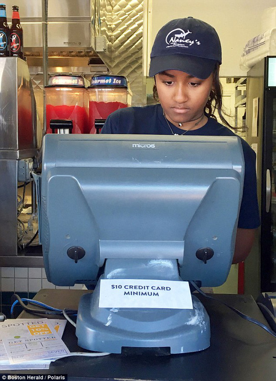 Sasha ghi lại yêu cầu của khách hàng. Ảnh: Boston Herald