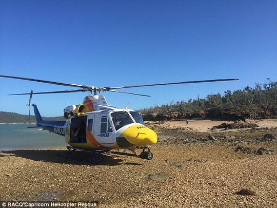 Dừng trực thăng ứng cứu nạn nhân khỏi đảo. Ảnh: Daily Mail