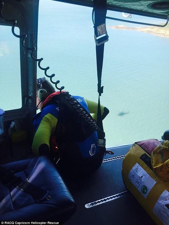 Nhân viên cứu hộ tìm kiếm người cầu cứu. Ảnh: Daily Mail