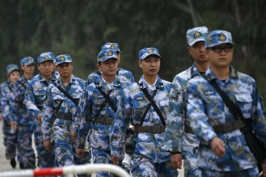Các sĩ quan Quân đội Giải phóng Nhân dân Trung Quốc ở Thâm Quyến, Quảng Đông hôm 21-12-2015. Ảnh: Reuters