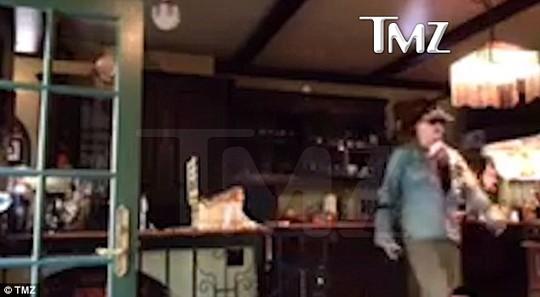 Johnny Depp đập phá nhà bếp