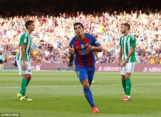 """Suarez chào đón """"Barcelona 100"""" bằng kỷ lục khó tin"""