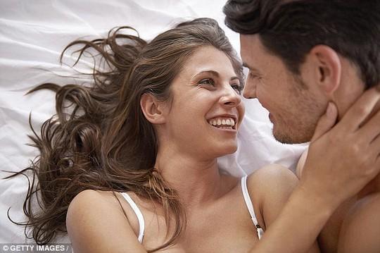 Cơ thể phụ nữ sản xuất ra một lượng nhỏ hormone nam testosteron, và chính nó đóng vai trò quan trọng trong việc duy trì ham muốn tình dục - ảnh DAILY MAIL