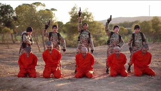 Cậu bé mắt xanh người Anh (thứ hai từ bên phải) được xác nhận là Abu Abdullah al-Britani. Ảnh: Daily Mail