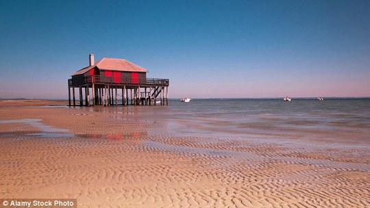 Một cuộc ẩu đả đã xảy ra ở bãi biển khỏa thân La Teste-de-Buch khi một nhóm du khách từ chối cởi quần áo