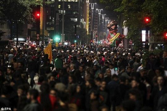 Những người phản đối bà Rousseff cũng xuống đường. Ảnh: EPA
