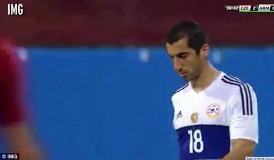 Mkhitaryan buồn bã rời sân giữa chừng