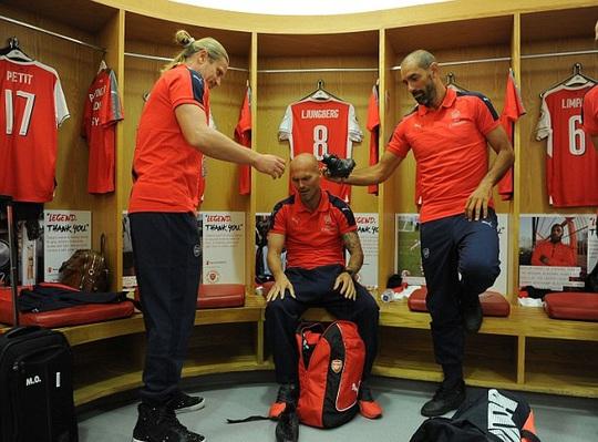Emmanuel Petit, Freddie Ljungberg và Pires chuẩn bị ra sân