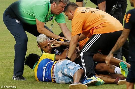 """Neymar bị fan """"cuồng"""" vật ngửa giữa sân"""