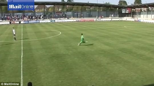 Thủ môn Ibrahim ghi bàn từ chấm đá phạt cách khung thành đối phương gần 70 m